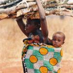 Africa, Tanzania, villaggio, donna, commercio, lavoro, legno, bambini, mamma e figlio